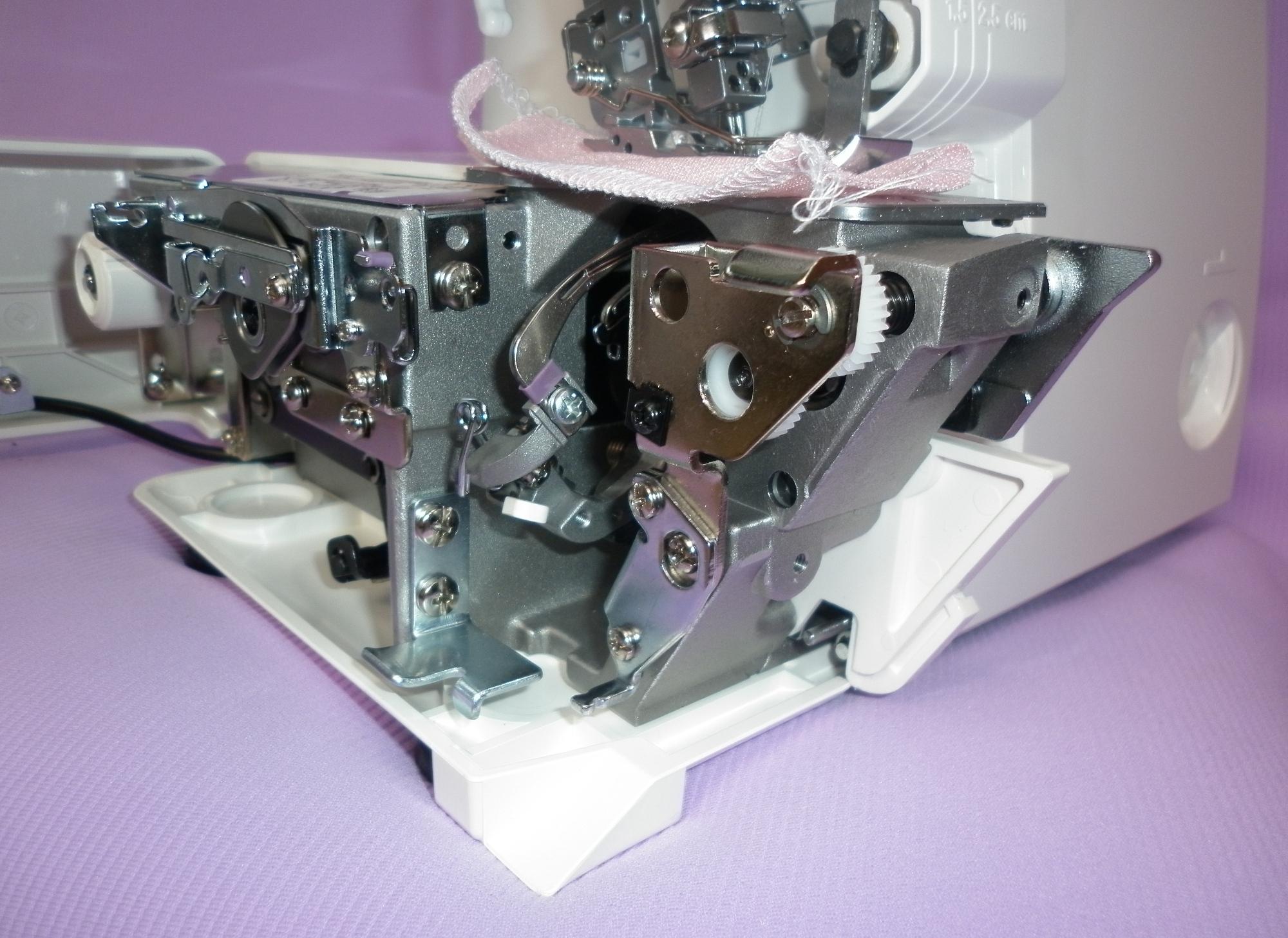 Коверлок JUKI MO 735 ( Оверлок - плоскошовная распошивальная швейная машина ), внутреннее устройство механизма.