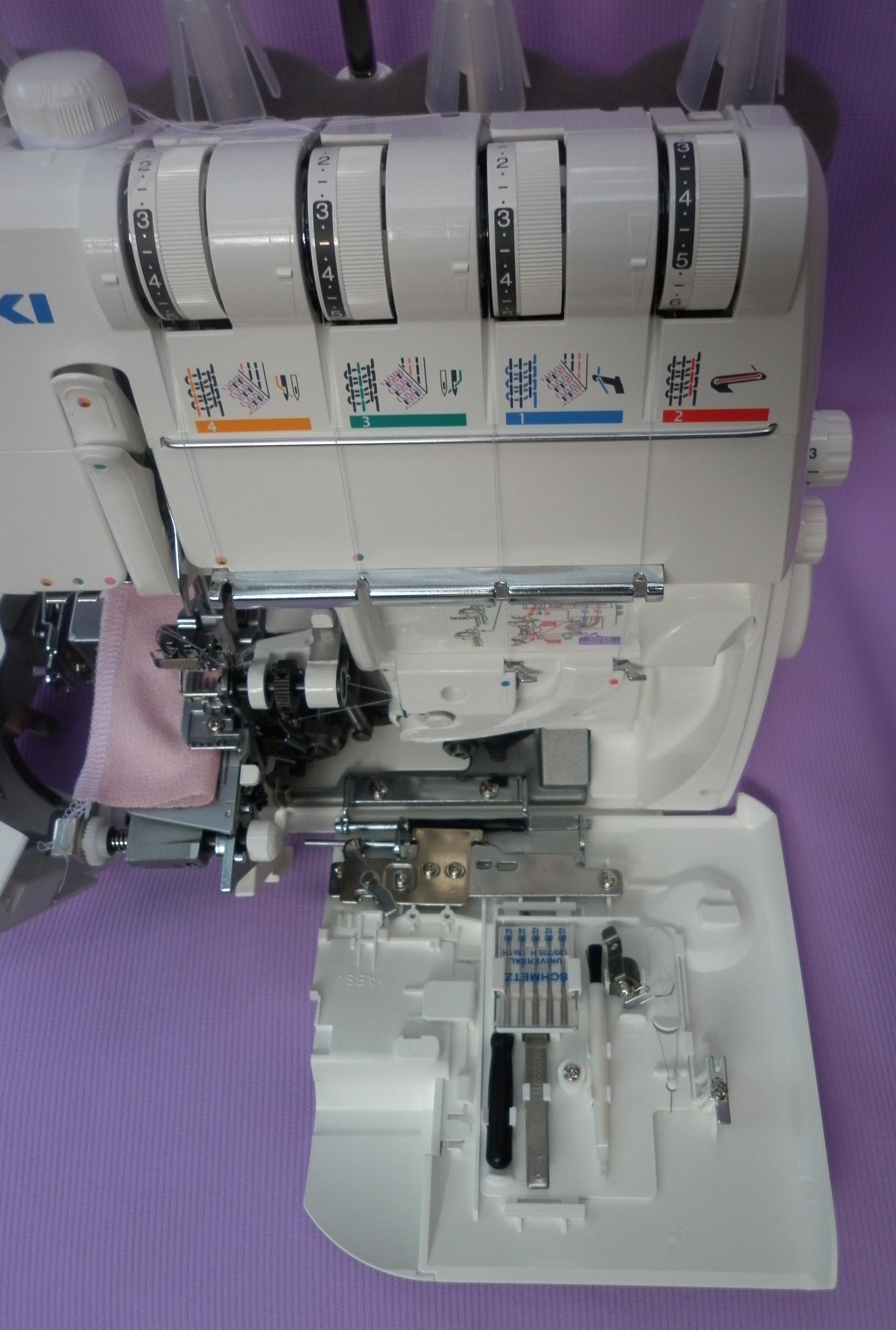 Коверлок JUKI MO 735 ( оверлок - плоскошовная швейная машина ), где располагаются дополнительные приспособления, лапки, иголки.